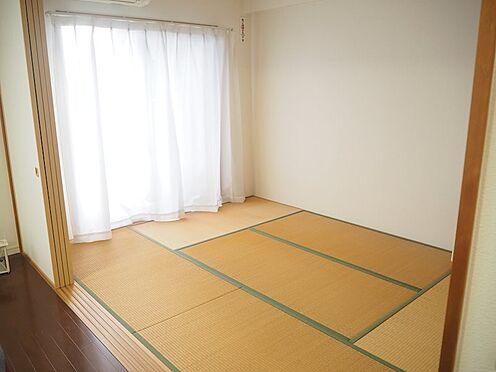 中古マンション-八王子市松木 リビング隣接の和室は客間にもなり、襖を取り外せば約21帖の広々した空間になります。