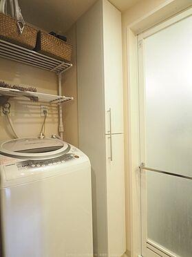 中古マンション-市川市島尻 洗面室の収納と、洗濯機置き場。