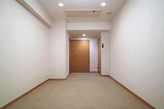 リゾートマンション-熱海市咲見町 洋室(1)-1:8帖の洋室にL字のクローゼット。こちらが主寝室になるかと思いました。