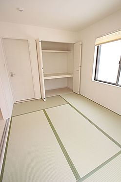 戸建賃貸-北葛城郡広陵町大字南郷 クローゼットタイプの押入れはふすま貼替の手間も無く、お手入れ楽々です。寝室や客間として大変便利にご利用頂けます。(同仕様)