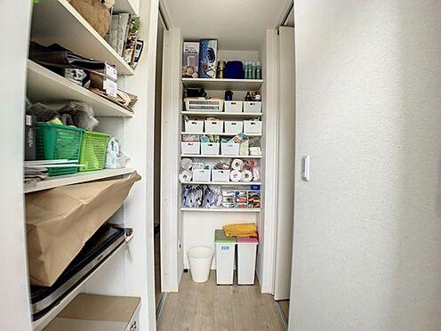 戸建賃貸-半田市亀崎高根町3丁目 キッチン周りなどの収納にも便利なパントリー付き