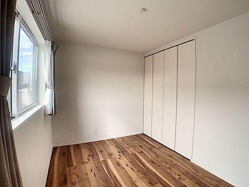 中古一戸建て-安城市東栄町 窓からの太陽の光に、木目が優しいフローリングの部屋。