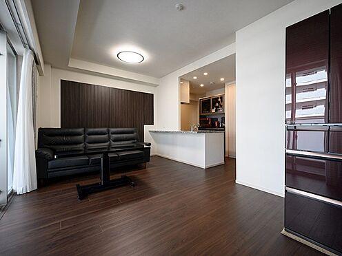 中古マンション-品川区東品川4丁目 【Living room】リビングの南側には、寛ぎの空間のゆとりを広げる機能的な物入を採用しました。