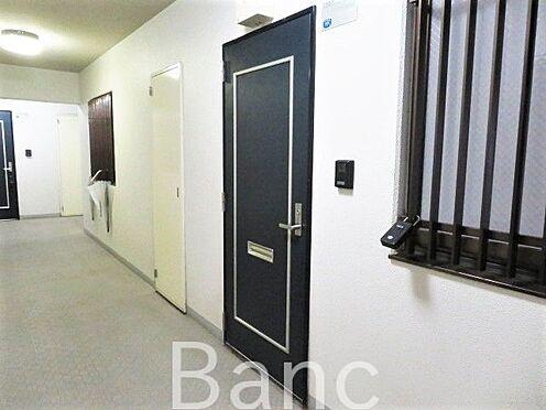 区分マンション-横浜市保土ケ谷区和田2丁目 居住部の玄関扉です。モダンなカラーでおしゃれな雰囲気。