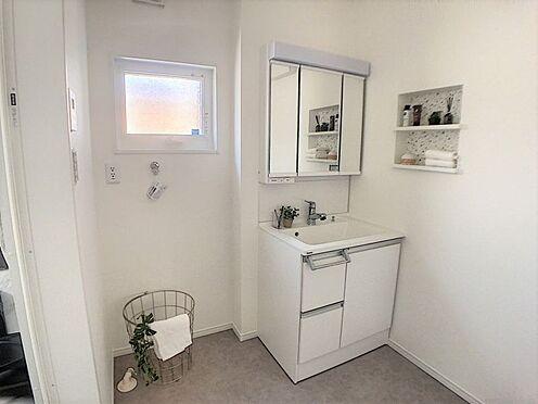 戸建賃貸-西尾市吉良町木田祐言 女性に嬉しい三面鏡タイプの洗面化粧台、小物収納も豊富です。