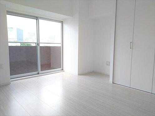 中古マンション-品川区東五反田1丁目 清潔感あるホワイトの壁紙クロスと温もり溢れるナチュラルカラーの床材が見事に調和した本邸宅。