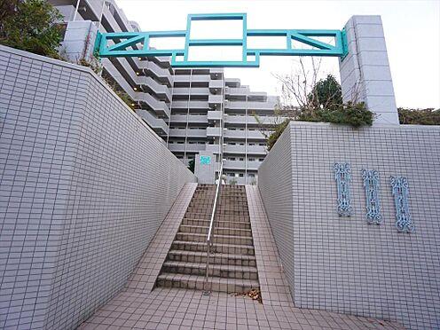 中古マンション-仙台市泉区七北田字八乙女 ターコイズブルーの門扉が出迎えてくれます。