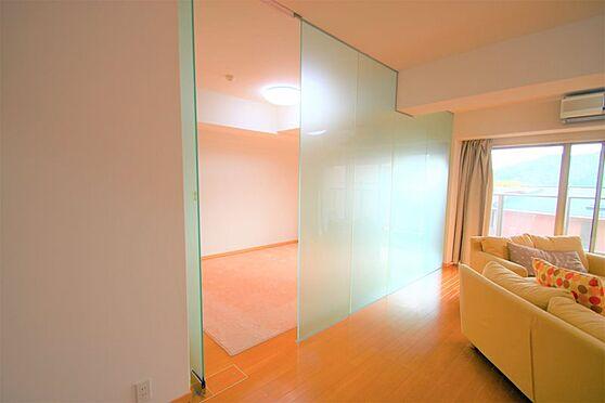中古マンション-足柄下郡湯河原町宮上 洋室(1):ガラスウォールの向こうには、洋室がございます。