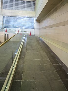 中古マンション-町田市小山ヶ丘3丁目 駅側エントランスにあるスロープ