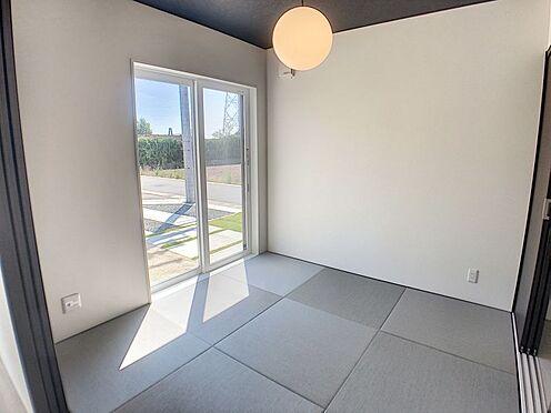 戸建賃貸-西尾市吉良町木田祐言 リビング隣の和室は趣ある安らぎ空間。家事スペースやお子様の遊び場としても重宝します。