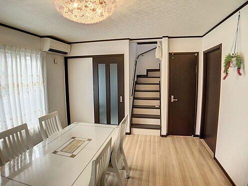 戸建賃貸-豊明市栄町大蔵下 1階リビングスペース大きな窓が日差しが差し込みます。