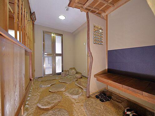 中古マンション-品川区八潮5丁目 玄関は広めに設計されており和の雰囲気が高級旅館の様な趣きです。