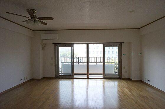 マンション(建物全部)-柏市東中新宿4丁目 リビング内洋室から見たリビングダイニングです。広々として風通良好です。