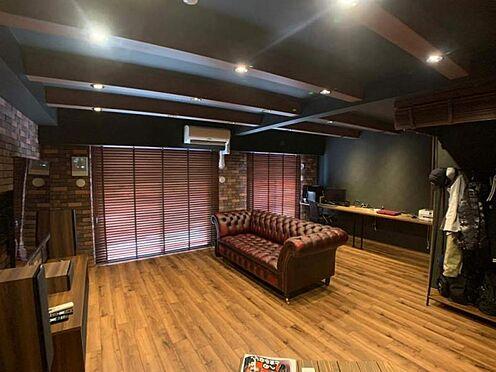中古マンション-豊田市小坂町1丁目 大画面TVも余裕、インテリアプランが考えやすいワイドなリビングです。