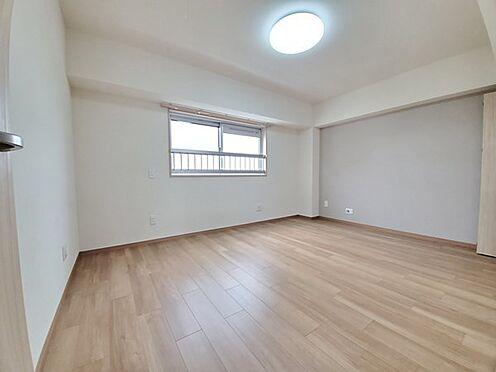 区分マンション-多摩市落合3丁目 主寝室に適した8帖の広さの居室です。アクセントクロスがお洒落です。