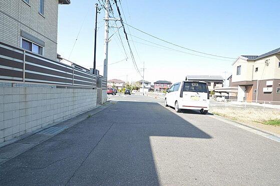 アパート-津市久居野村町 広々とした幅員で車の出し入れラクラク.