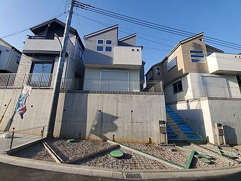 新築一戸建て-町田市金井7丁目 道路面より高さがあるのでプライベート性の高さをお求めの方に人気があります。