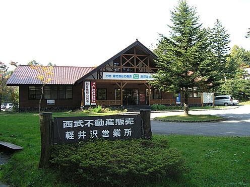 土地-北佐久郡軽井沢町大字軽井沢 何かとお世話になる、千ヶ滝別荘地管理センターの様子です。約1キロの距離にございます。