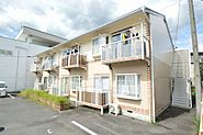 優しい色合いの木造2階建アパート。