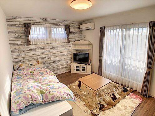 戸建賃貸-江南市高屋町十六田 2階洋室8.3帖。おしゃれなアクセントクロスが目を引きます。