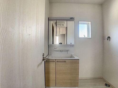 新築一戸建て-名古屋市守山区新守山 小窓から光が差し込み、換気もできる洗面台です。