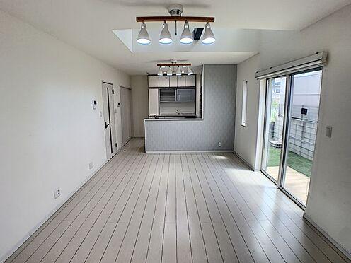戸建賃貸-西尾市平坂町奥天神 開放感に満たされる家族の和み空間。家族団らんできるくつろぎスペースです。