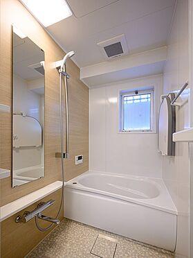 中古マンション-品川区東大井1丁目 浴室に窓、さらに大きなミラー付が嬉しいですね。
