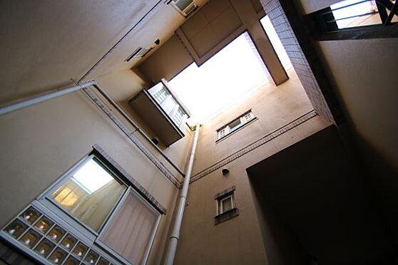 中古マンション-田方郡函南町平井 玄関前の吹き抜けの様子。上を見上げると異国の地に来たかのような趣。