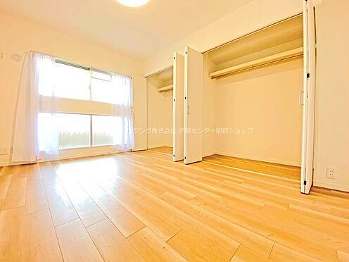 中古マンション-多摩市鶴牧3丁目 北東の洋室は6.5帖。収納も大きくこちらを主寝室にしてみてはいかがでしょうか。