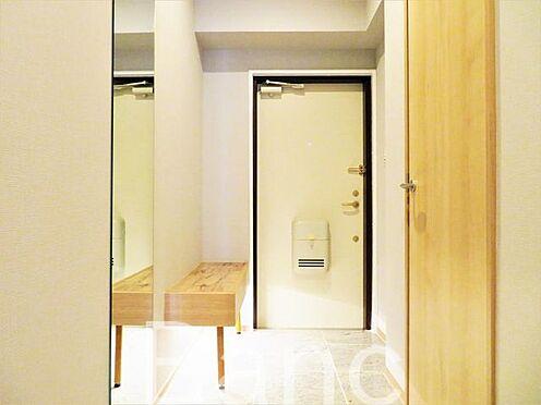 中古マンション-渋谷区元代々木町 玄関照明は人感センサー付き照明で暗い時でも自動で点灯、ベンチも設置ブーツ脱ぐときなど重宝しそうです