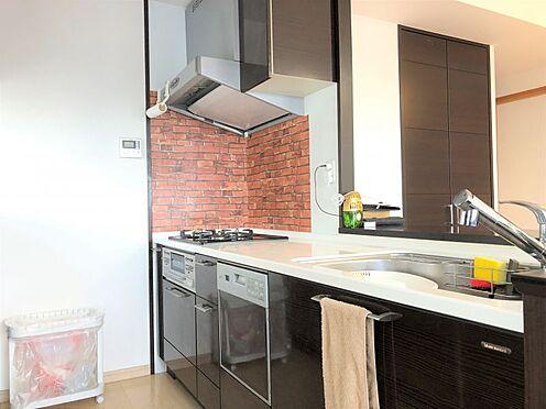 中古マンション-名古屋市緑区八つ松2丁目 便利な食洗機付きのカウンター式システムキッチンです。