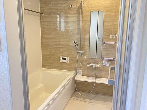 戸建賃貸-豊田市小坂町13丁目 足を伸ばしてゆっくりくつろげる浴槽サイズ。滑りにくい設計でお子様とのお風呂も安心です。