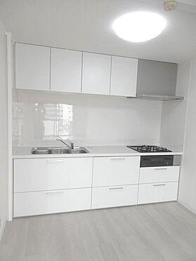 中古マンション-多摩市貝取3丁目 白を基調とした明るいシステムキッチン。