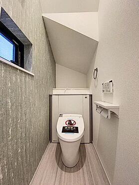 新築一戸建て-福岡市城南区樋井川4丁目 収納一体型トイレとなっているので、掃除道具などを収納しスッキリとさせることが出来ます。(1階のみ)