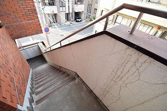 マンション(建物全部)-市川市伊勢宿 昇降しやすい手すり付きの共用階段。