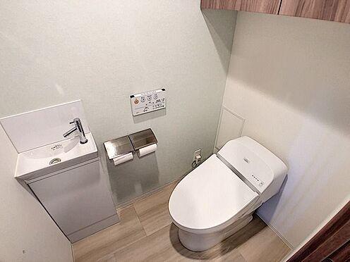 中古マンション-名古屋市緑区鳴子町2丁目 タンクレスタイプのトイレに加え、独立型手洗い水栓や吊戸棚も完備しております