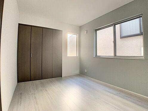 新築一戸建て-名古屋市守山区天子田1丁目 引き戸の洋室で窓が2つ付いています。