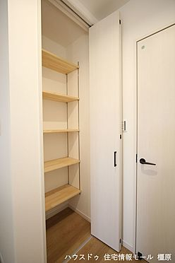 戸建賃貸-橿原市膳夫町 2階廊下にも収納がございます。モップや掃除機など背の高い物の定位置にいかがでしょうか?
