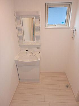 建物全部その他-東根市大字羽入 シャワーヘッド付きシングルレバー水栓。三面鏡になります。鏡の裏にも収納スペースあります。