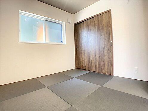 戸建賃貸-西尾市吉良町木田祐言 リビング隣の和室は趣ある安らぎ空間。客間としても寛ぎの空間としても重宝します。