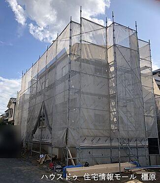 戸建賃貸-橿原市菖蒲町3丁目 開放感あふれる角地の物件。前面道路幅が約6.1mありますので大きなお車でもスムーズに出し入れして頂けます(2021年9月撮影)