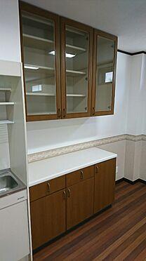 店舗・事務所・その他-平塚市諏訪町 1階防音室約15.7帖です。キッチン付、トイレ付です。食器棚もついています。シャッター付駐車場込みで5万円/月でテナント募集中です。