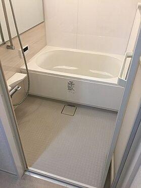 区分マンション-名古屋市東区矢田東 限られた空間を広く見せるワイドミラーを採用したバスルーム。アクセントパネルで落ち着きのある雰囲気を演出♪毎日の疲れを癒やすバスタイムを。浴室換気乾燥暖房機付きで浴室内干しも可能!