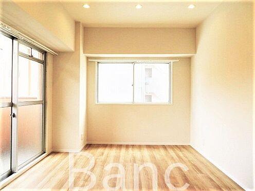 中古マンション-江東区木場2丁目 バルコニーに繋がる明るいリビングルームです。