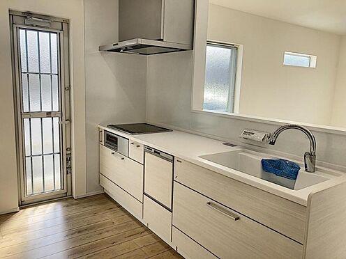 新築一戸建て-半田市平地町1丁目 タッチレス水栓、人造大理石一体型シンク採用でより快適なキッチン。家事の時短に食洗機付き。