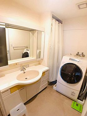 中古マンション-名古屋市昭和区元宮町3丁目 三面鏡付きの洗面台!収納棚もあるのでバスタオルなどの置き場確保にも使えます!