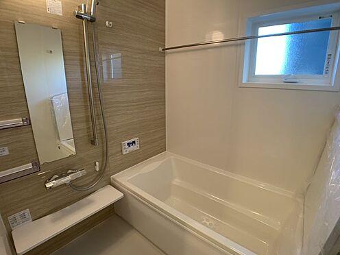新築一戸建て-豊田市永覚新町1丁目 足を伸ばしてゆっくりくつろげる浴槽サイズです。滑りにくい設計で、お子様とのお風呂も安心です。