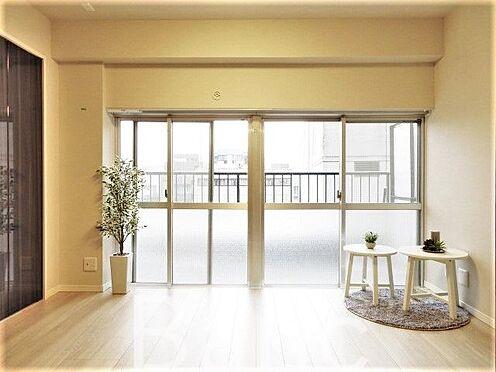 中古マンション-港区赤坂1丁目 ルーフバルコニーに繋がる明るいお部屋です。
