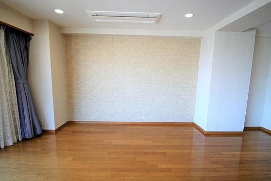 リゾートマンション-熱海市咲見町 リビング(3):今回ご売却にあたり、オーナー様の負担でエコカラットを施工していただきました。