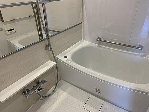 中古マンション-みよし市三好丘あおば1丁目 白で統一された、清潔感のあるお風呂です。ゆっくり癒されてください。